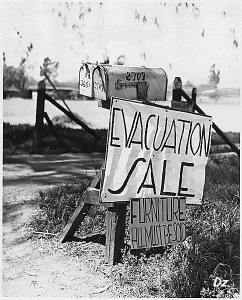 Multe familii erau date afară din casele lor.