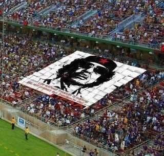 Fanii au ridicat portretul lui Gaddafi ca simbol al biruinței